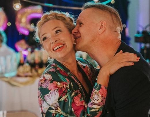 """Kniebšanās, kailas, tvirtas un 'bezkaunīgi' skaistas krūtis latviešu filmā """"Klases salidojums"""""""