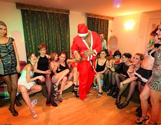 Jaungada ballīte. 12 meitenes pēc universitātes lekcijām sarīko krāšņas orģijas ar klasesbiedriem