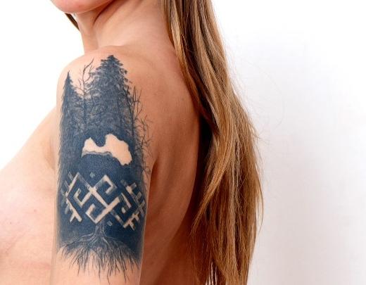 Porno modele Ieva ar Latvijas tetovējumu uz ķermeņa